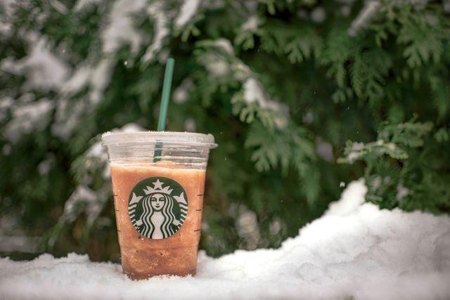 Świąteczne zestawy Starbucksa w Glovo