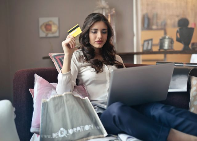 Polacy coraz chętniej robią zakupy przez internet