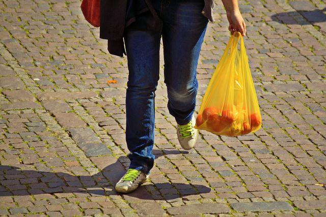 Sklepy w Niemczech wycofają plastikowe torby